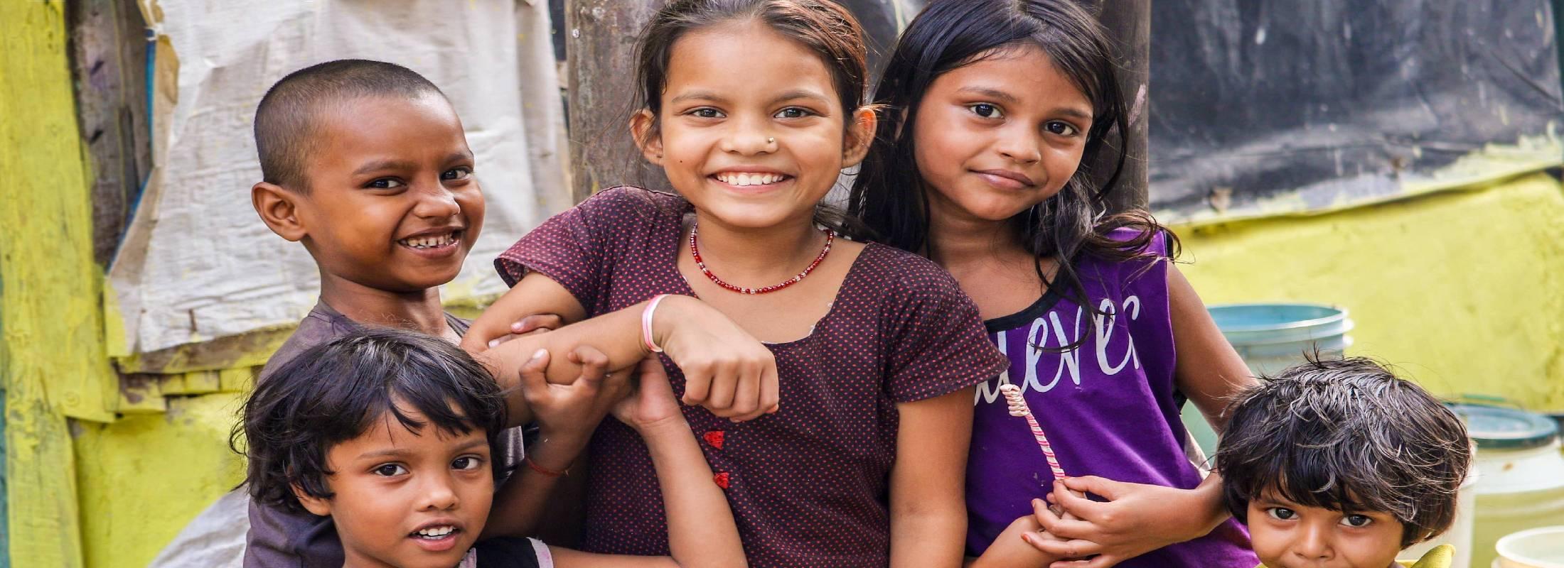 coopera con niños con dificultades auditivas en la India