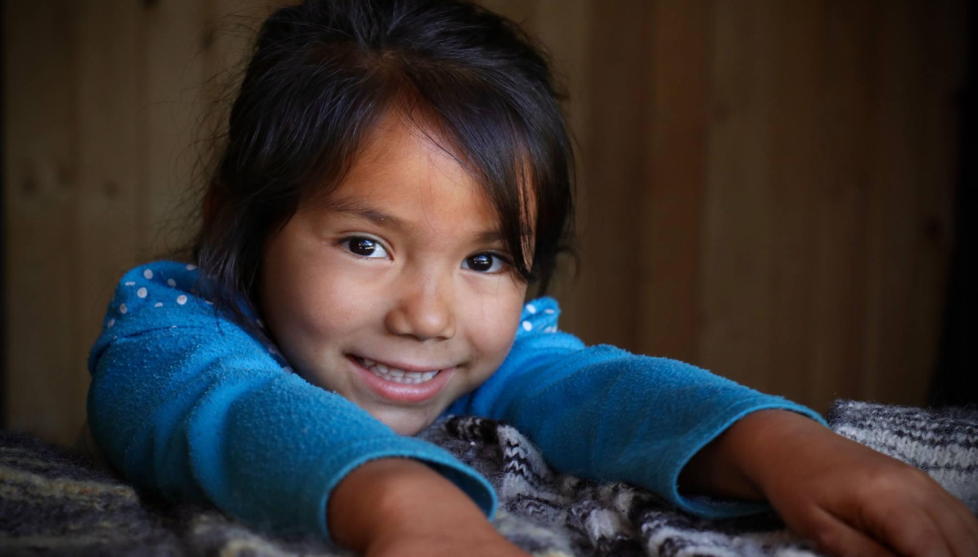 niña con dificultades auditivas en la india