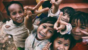 niños durante las clases del voluntariado de niños en la india