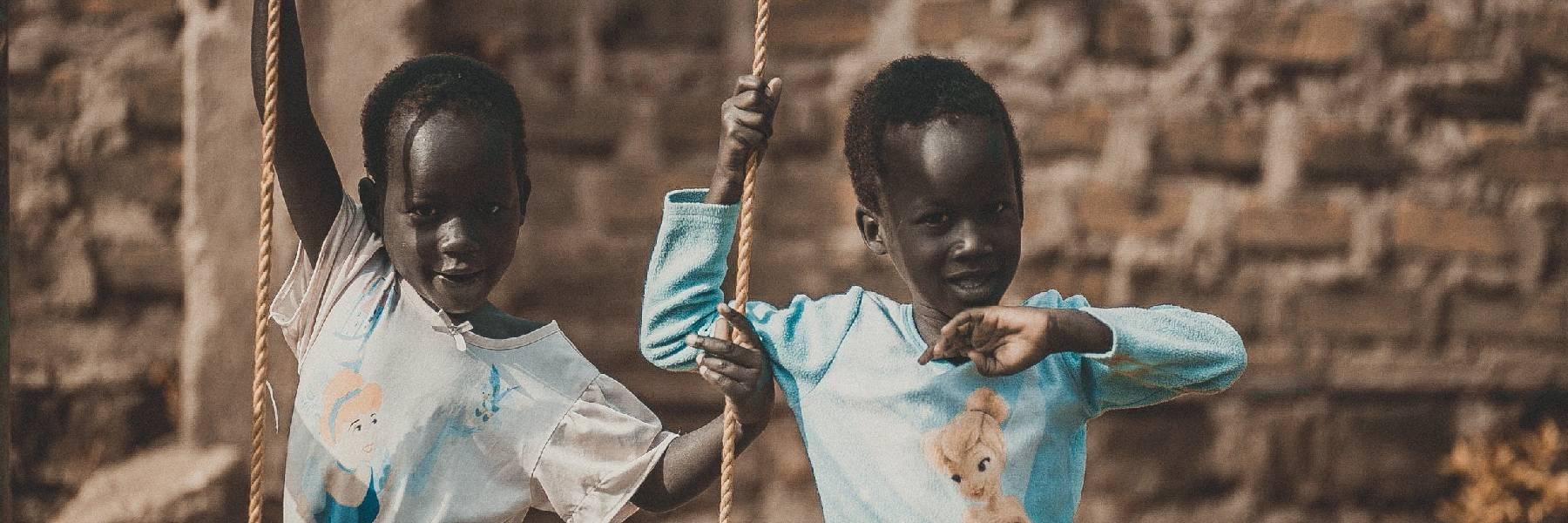 Niños disfrutando en el orfanato de los juegos voluntarios