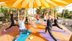 yoga durante el retiro en Fuerteventura en el exterior de las instalaciones
