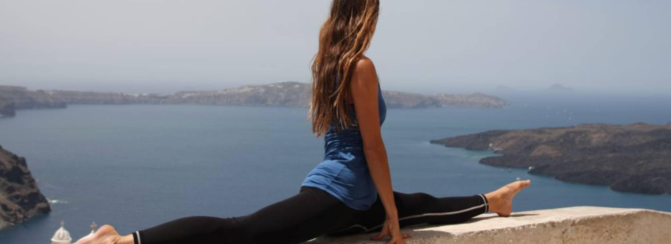 Santorini vistas del mar practicando yoga