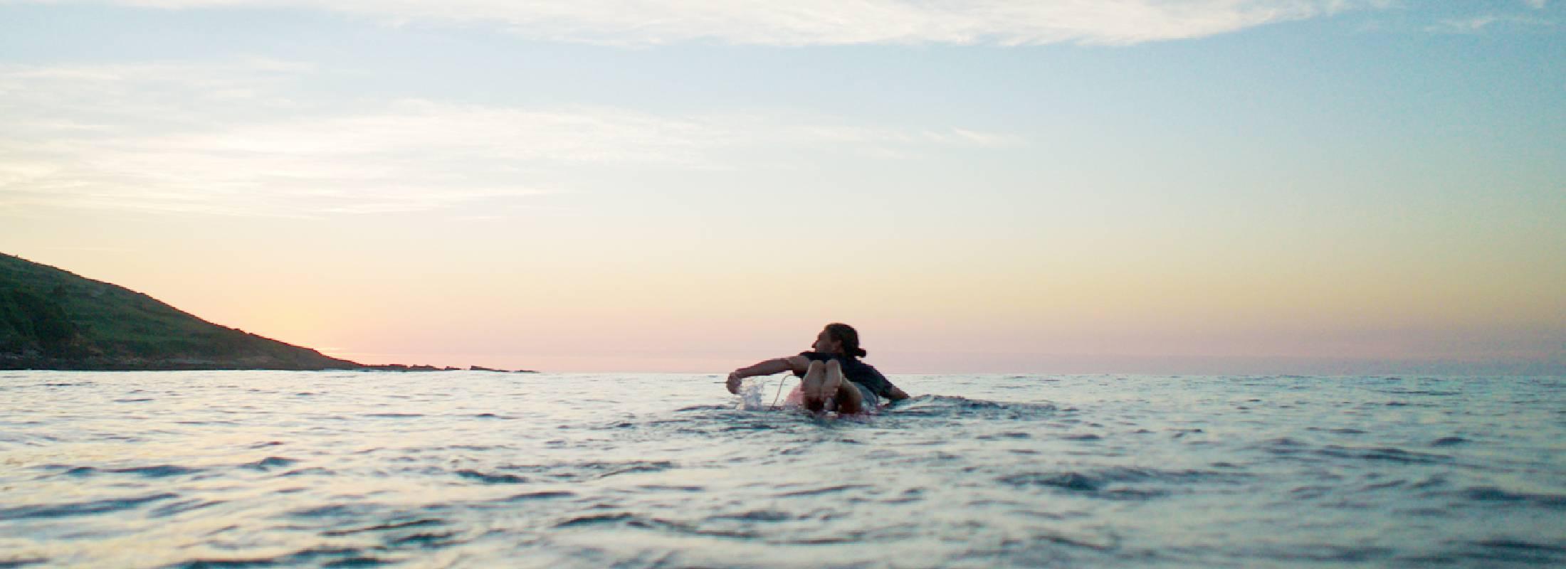 surfeando en cantabria en el glamping camp