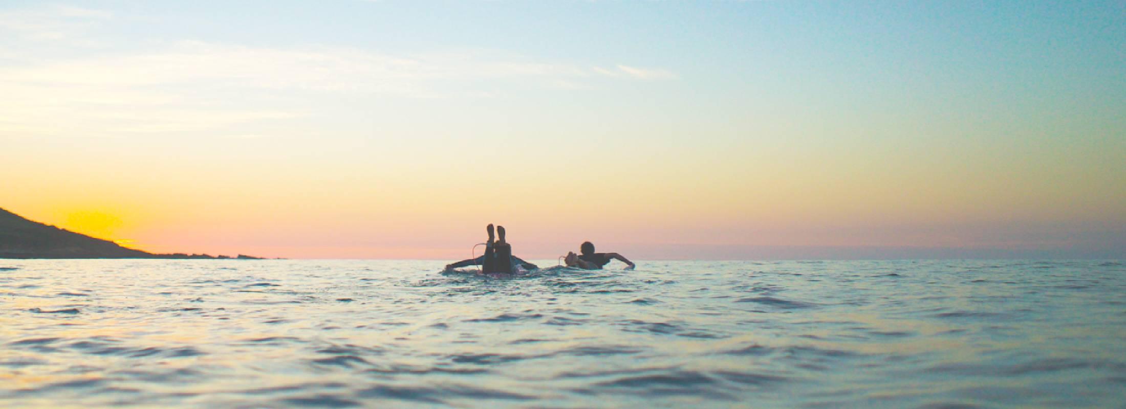 practica de surf en cantabria en un surf camp