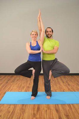 posturas de yoga en pareja  bwelltrip