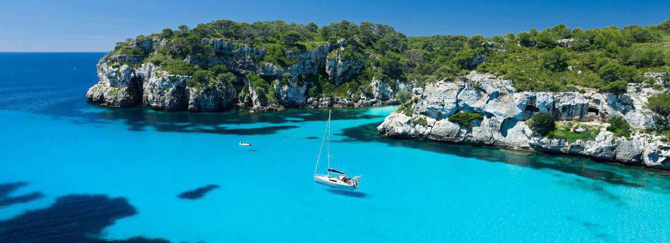 vistas de las calas de Menorca desde el velero