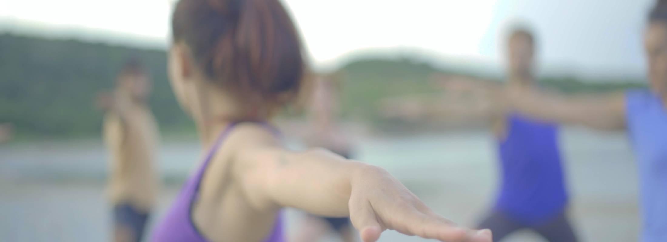 yoga en grupo en la playa en el retiro de yoga en Menorca