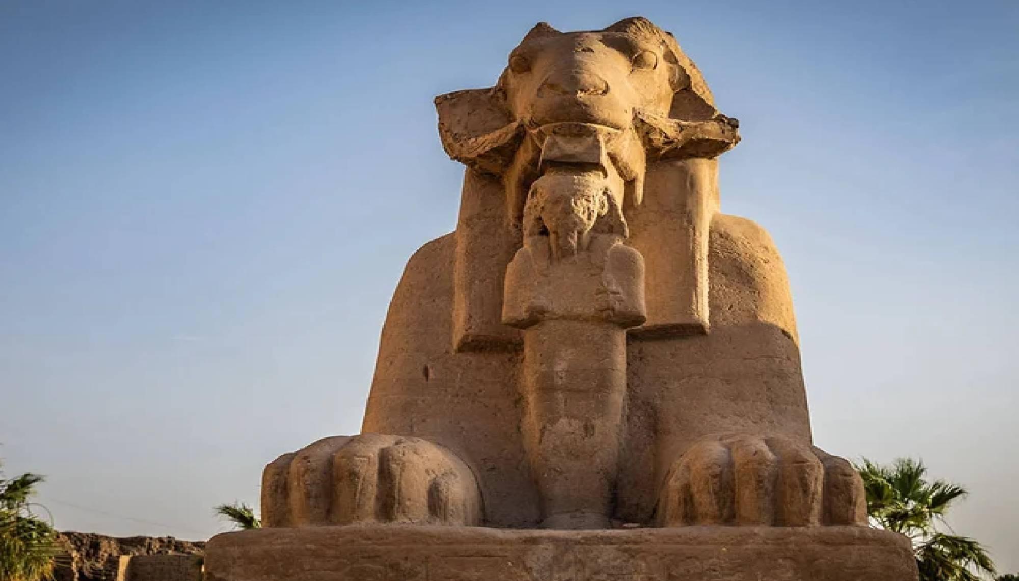 piramides en egipto durante el retiro de yoga por el nilo