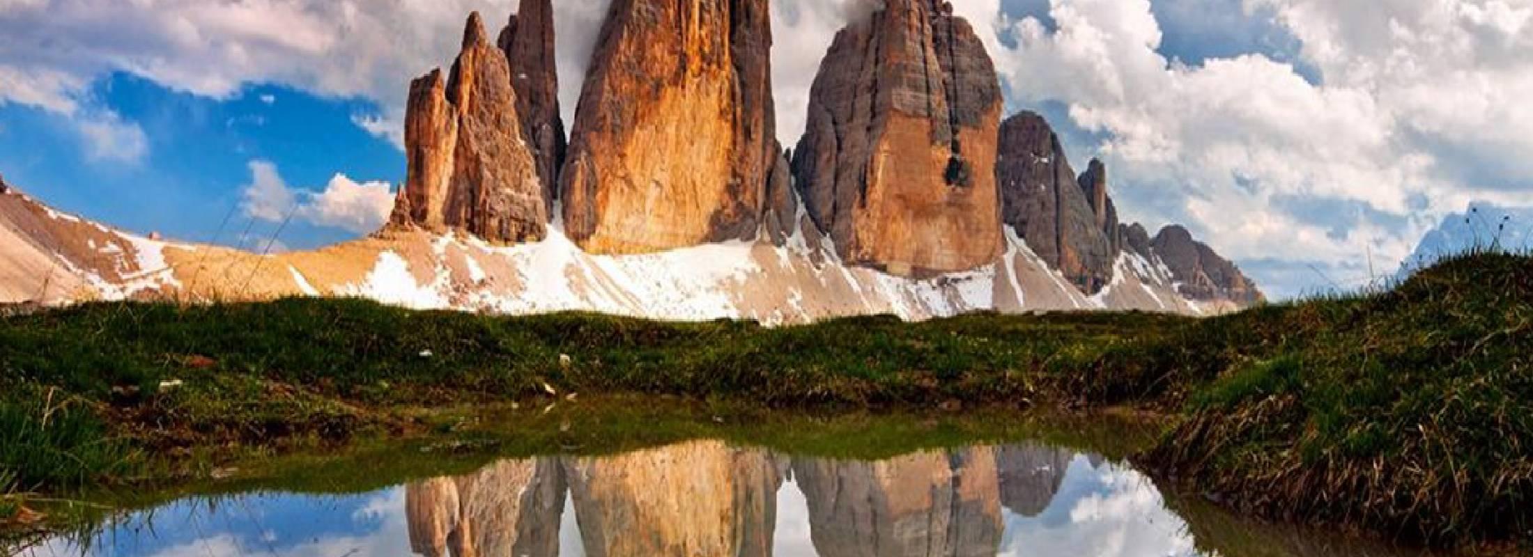 Reflejo de las colinas de los dolomitas, escalada en roca