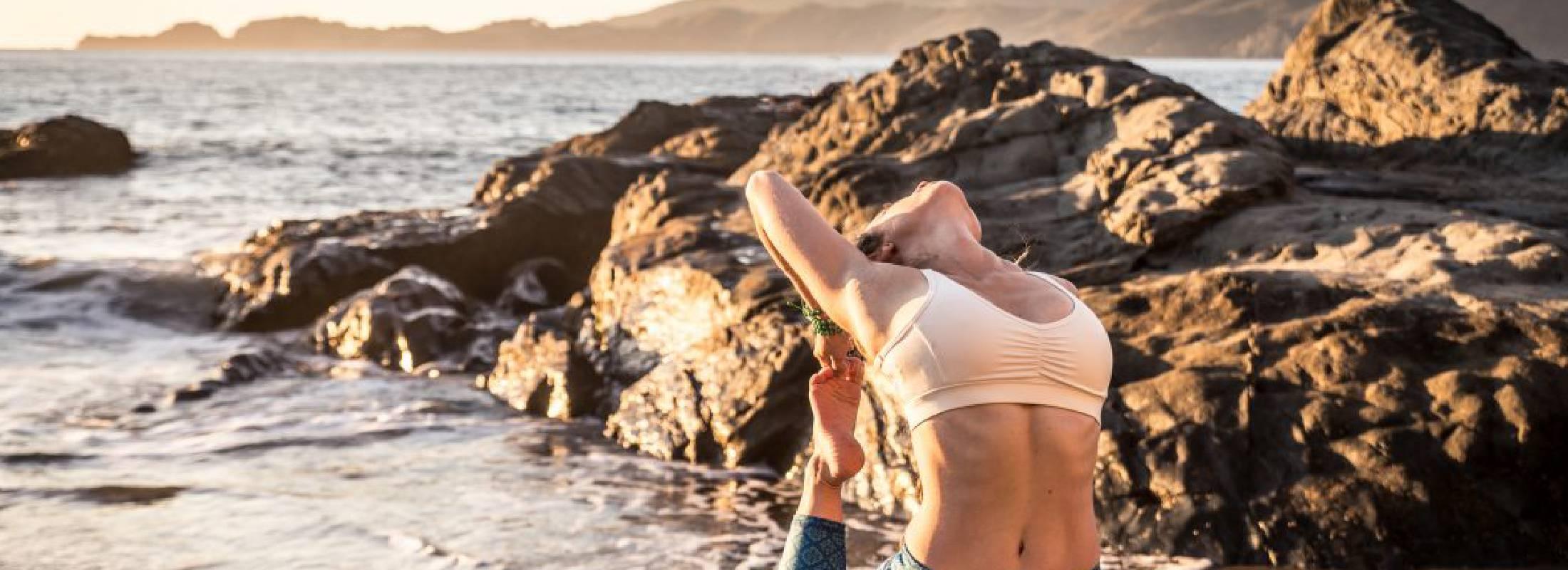 práctica de asanas y yoga en la playa de famara