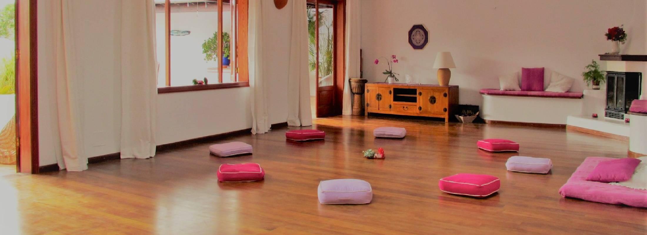 Sala de yoga en Lanzarote en el retiro de yoga y danza en la playa