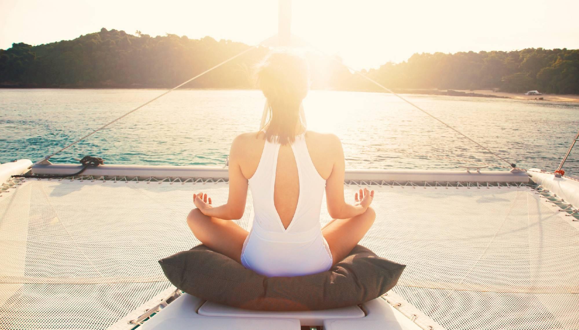 Puesta de sol en en el retiro de yoga en catamarán en Mallorca