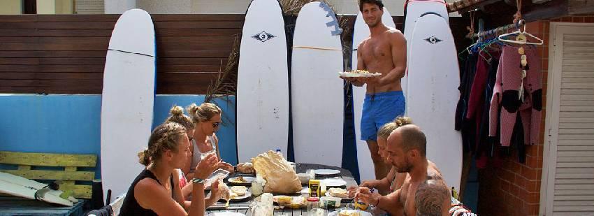 zona común surf camp tocha