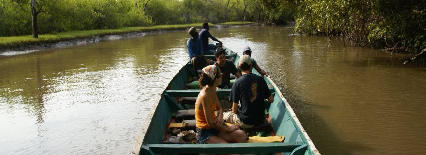 pasesos en barca en áfrica