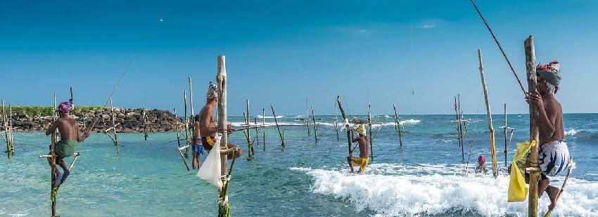 pescadores en las playas de sri lanka