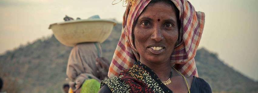 mujeres de la india en un voluntariado