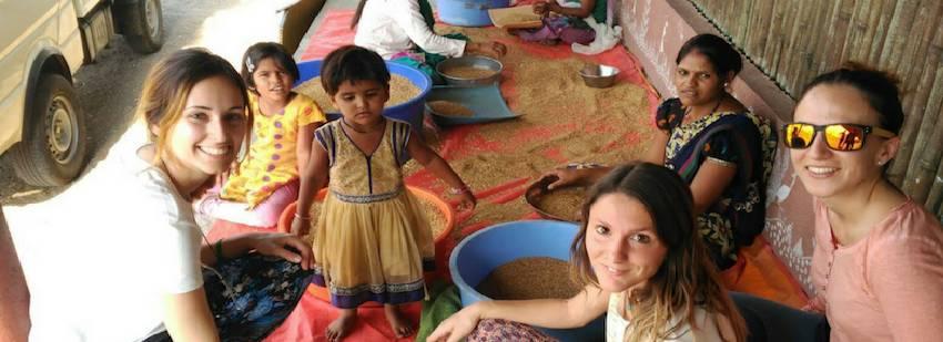 preparando comida con locales en la india en un volutariado