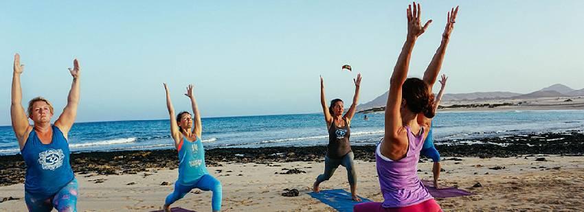 yoga en grupo en la playa en Fuerteventua