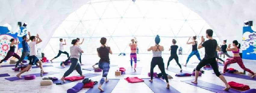 yoga en grupo en la cúpula de cádiz